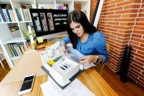Молодая женщина, работающая в архитектурном бюро — стоковое фото