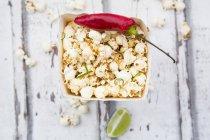 Kiste Popcorn mit Chili und Limette aromatisierte — Stockfoto