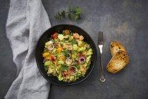 Taboulé de couscous, tomates, oignons rouges, concombre, persil et menthe — Photo de stock