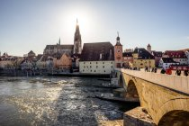 Alemania, Ratisbona, vista a la catedral en el casco antiguo con Steinerne Bruecke sobre el río Danubio - foto de stock