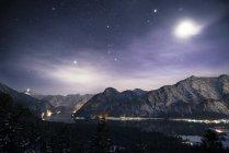 Autriche, Salzkammergut, lac Hallstatt, Dachstein et Salzberg la nuit — Photo de stock