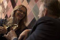 Чоловік і жінка п'ють вино в барі. — стокове фото