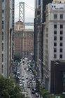 USA, California, San Francisco, California Street con Bay Bridge sullo sfondo — Foto stock
