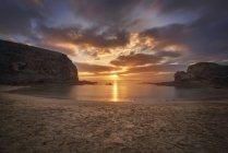 Espagne, Îles Canaries, Lanzarote, Coucher de soleil sur la plage de Papagayo — Photo de stock