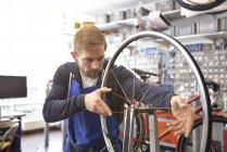 Велосипед механік в його ремонтній майстерні, портрет — стокове фото