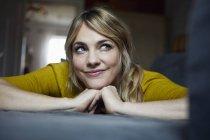 Портрет женщины, лежащей дома на диване и думающей: — стоковое фото