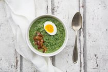 Spinach soup with egg and bacon — стоковое фото