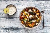 Ciotola vegetariana con patate dolci, pomodoro e falafel, yogurt tuffo e prezzemolo — Foto stock