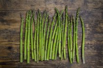 Grüner Bio-Spargel auf Holz — Stockfoto