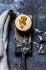 Hausgemachte schwarze Nacho-Chips, hausgemachter Käse-Dip — Stockfoto