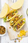 Vegetarian tacos filled with in curcuma roasted chick peas, yellow paprika, avocado, salad and red cabbage — Foto stock