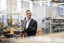Зрілі бізнесмен в папці Factory Холдинг — стокове фото