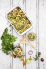Salade de couscous aux tomates, concombre, persil et menthe — Photo de stock