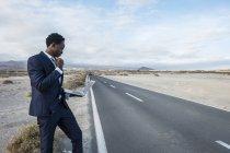 España, Tenerife, joven empresario usando laptop - foto de stock