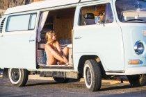 Spanien, Teneriffa, blonde Frau sitzt in einem alten Lieferwagen — Stockfoto