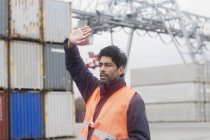 Homme portant un gilet réfléchissant travaillant au port de conteneurs — Photo de stock