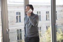 Empresário usando smartphone em casa — Fotografia de Stock