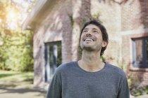 Ritratto di uomo felice davanti alla sua casa — Foto stock