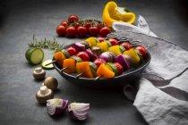 Espetos vegetarianos da grade na bacia e nos ingredientes — Fotografia de Stock