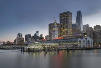 USA, California, San Francisco, Ferry house and Financial District in the evening — Stock Photo