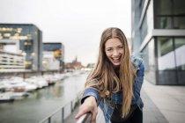 Портрет сміючись молодої жінки в міській гавані — стокове фото