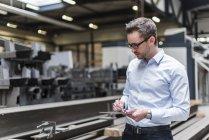 Человек с помощью планшета на заводе цеха — стоковое фото