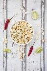 Ciotola di popcorn aromatizzato con peperoncino e lime — Foto stock