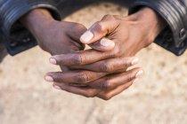 Молодой североафриканский мужчина, сложенные руки — стоковое фото