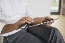 Immagine ritagliata di uomo d'affari utilizzando tablet — Foto stock
