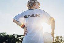 Menino vestindo camisa de futebol com a Alemanha escrito nas costas — Fotografia de Stock