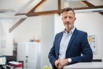 Портрет довіреного зрілого бізнесмена — стокове фото