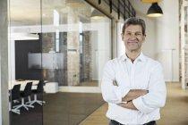 Портрет уверенного бизнесмена в современном офисе — стоковое фото