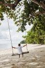 Tailândia, Ko Yao Noi, menino em um balanço na praia — Fotografia de Stock
