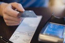 Kunde bezahlt Rechnung mit Kreditkarte, Nahaufnahme — Stockfoto