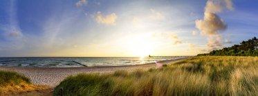 Allemagne, Mecklembourg-Poméranie occidentale, Zingst, plage au coucher du soleil — Photo de stock
