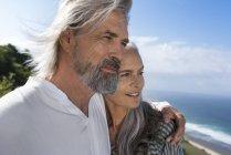 Ritratto di una bella coppia di anziani al mare — Foto stock