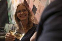 Портрет сміху жінка п'є вино в барі — стокове фото
