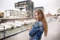 Портрет щасливої молодої жінки в міській гавані — стокове фото