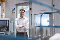 Portrait d'homme d'affaires souriant à la machine portant des lunettes de sécurité — Photo de stock