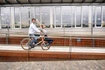 Couple insouciant à vélo dans la ville — Photo de stock