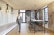Uomo d'affari a piedi in ufficio moderno — Foto stock
