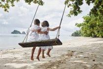 Tailândia, Ko Yao Noi, menino e menina em um balanço na praia — Fotografia de Stock
