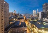 США, Каліфорнія, Сан-Франциско, Чайнатаун, Фінансовий район, Коіт башта увечері — стокове фото