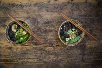 Dos cuencos de sopa de miso japonés con guisantes, champiñones shitake, tofu y brotes de mung - foto de stock
