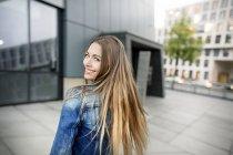 Porträt einer glücklichen jungen Frau in der Stadt — Stockfoto
