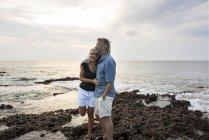 Affettuosa coppia di anziani che si abbraccia al mare — Foto stock