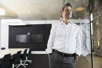 Retrato de homem de negócios maduro encostado ao vidro na moderna sala de conferências — Fotografia de Stock