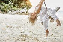 Таиланд, острова Пхи Пхи, Ко Пхи Пхи, маленькая девочка на веревке качели на пляже — стоковое фото