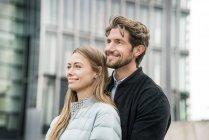 Portrait of smiling couple in the city — Stock Photo