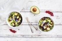 Salade mixte avec avocat, groseilles rouges et fleurs de bourrache — Photo de stock